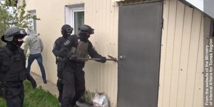 Polizia russa in assetto anti-terrorismo mentre irrompe nelle proprietà dei Testimoni